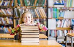 Muchacha adolescente feliz en biblioteca Fotografía de archivo libre de regalías