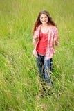 Muchacha adolescente feliz en campo Imagenes de archivo