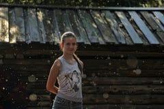 Muchacha adolescente feliz en la lluvia del verano Imagen de archivo libre de regalías