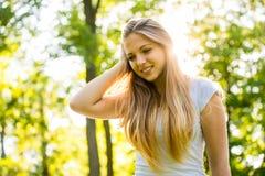 Muchacha adolescente - feliz en naturaleza Imagenes de archivo