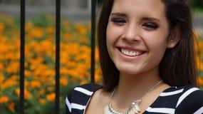 Muchacha adolescente feliz en parque Fotografía de archivo