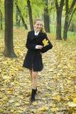 Muchacha adolescente feliz en parque del otoño Fotos de archivo