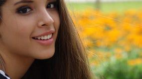 Muchacha adolescente feliz en prado Imagen de archivo
