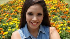Muchacha adolescente feliz en primavera Fotos de archivo