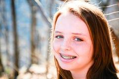 Muchacha adolescente feliz en un día asoleado Foto de archivo