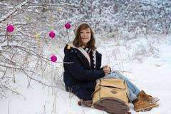 Muchacha adolescente feliz en un paseo del invierno Imagen de archivo