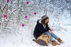 Muchacha adolescente feliz en un paseo del invierno Imagenes de archivo
