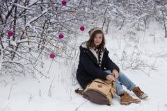Muchacha adolescente feliz en un paseo del invierno Imágenes de archivo libres de regalías
