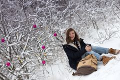 Muchacha adolescente feliz en un paseo del invierno Foto de archivo libre de regalías