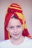 Muchacha adolescente feliz hermosa con la toalla en su cabeza Imagen de archivo