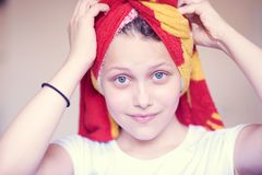 Muchacha adolescente feliz hermosa con la toalla en su cabeza Imagen de archivo libre de regalías