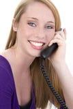 Muchacha adolescente feliz hermosa en el teléfono Fotos de archivo