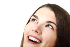 Muchacha adolescente feliz hermosa que parece para arriba aislada sobre blanco Imágenes de archivo libres de regalías