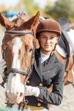 Muchacha adolescente feliz joven del jinete con el caballo Imagen de archivo