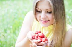 Muchacha adolescente feliz joven que come la fresa Imagen de archivo libre de regalías