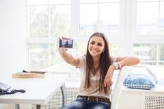 Muchacha adolescente feliz joven que hace la foto con la cámara móvil Fotos de archivo