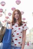 Muchacha adolescente feliz que camina abajo de la calle de la ciudad Foto de archivo libre de regalías