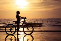 Muchacha adolescente feliz que camina en la playa Fotos de archivo libres de regalías