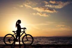 Muchacha adolescente feliz que camina en la playa Imagenes de archivo