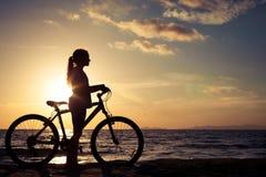 Muchacha adolescente feliz que camina en la playa Imagen de archivo