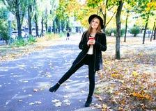 Muchacha adolescente feliz que camina en parque del otoño Feliz relaje el tiempo en ciudad Imagen de archivo