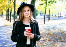 Muchacha adolescente feliz que camina en parque del otoño Feliz relaje el tiempo en ciudad Imagen de archivo libre de regalías