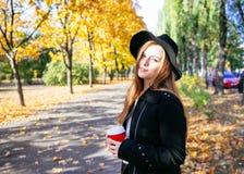 Muchacha adolescente feliz que camina en parque del otoño Feliz relaje el tiempo en ciudad Imagenes de archivo
