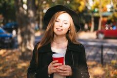 Muchacha adolescente feliz que camina en parque del otoño Feliz relaje el tiempo en ciudad Foto de archivo libre de regalías
