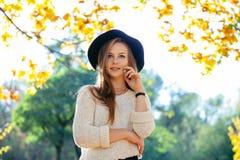 Muchacha adolescente feliz que camina en parque del otoño Feliz relaje el tiempo en ciudad Fotografía de archivo