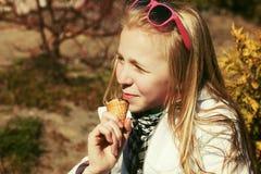 Muchacha adolescente feliz que come un helado Fotografía de archivo libre de regalías
