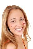 Muchacha adolescente feliz que desgasta etiquetas engomadas del día de Canadá Imagenes de archivo