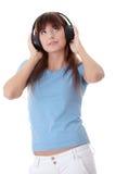 Muchacha adolescente feliz que escucha la música Imagen de archivo libre de regalías