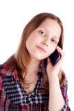 Muchacha adolescente feliz que habla en el teléfono móvil Imagen de archivo