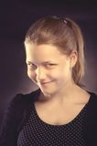 Muchacha adolescente feliz que hace caras divertidas Fotos de archivo