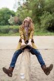 Muchacha adolescente feliz que juega la oscilación en el parque Fotos de archivo libres de regalías