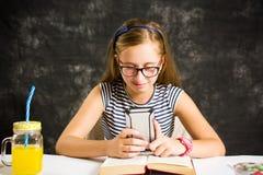 Muchacha adolescente feliz que lee un texto Imagen de archivo libre de regalías