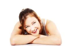 Muchacha adolescente feliz que miente en su panza Fotos de archivo libres de regalías