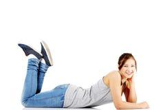 Muchacha adolescente feliz que miente en su panza Fotografía de archivo