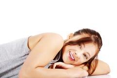 Muchacha adolescente feliz que miente en su panza Imagen de archivo