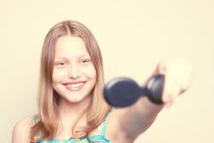 Muchacha adolescente feliz que mira el espejo Imagenes de archivo