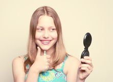 Muchacha adolescente feliz que mira el espejo Fotografía de archivo