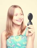 Muchacha adolescente feliz que mira el espejo Foto de archivo libre de regalías
