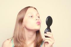 Muchacha adolescente feliz que mira el espejo Imagen de archivo libre de regalías