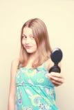 Muchacha adolescente feliz que mira el espejo Imágenes de archivo libres de regalías
