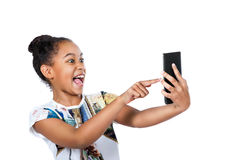 Muchacha adolescente feliz que mira la pantalla de la tableta Fotos de archivo libres de regalías