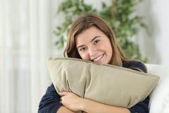 Muchacha adolescente feliz que presenta mirándole Fotografía de archivo