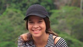 Muchacha adolescente feliz que ríe y que sonríe Imagen de archivo libre de regalías