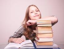 Muchacha adolescente feliz que se sienta con los libros Fotografía de archivo