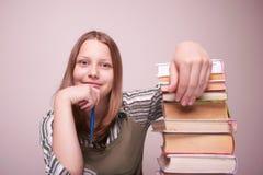 Muchacha adolescente feliz que se sienta con los libros Imágenes de archivo libres de regalías