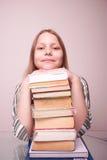 Muchacha adolescente feliz que se sienta con los libros Fotos de archivo